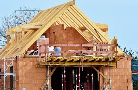 Bei Grundstueckskauf und Hausbau gibt es viele Punkte zu beachten. Bild: Capri23